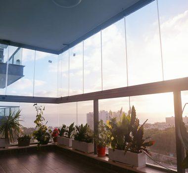 Folding glass balcony closure
